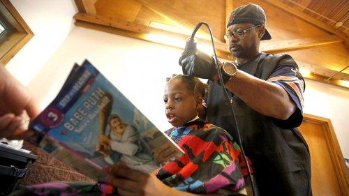Парикмахер предлагает бесплатную стрижку детям, которые готовы ему почитать (3 фото)